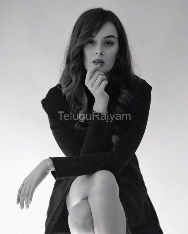 Evelyn-Sharma-14