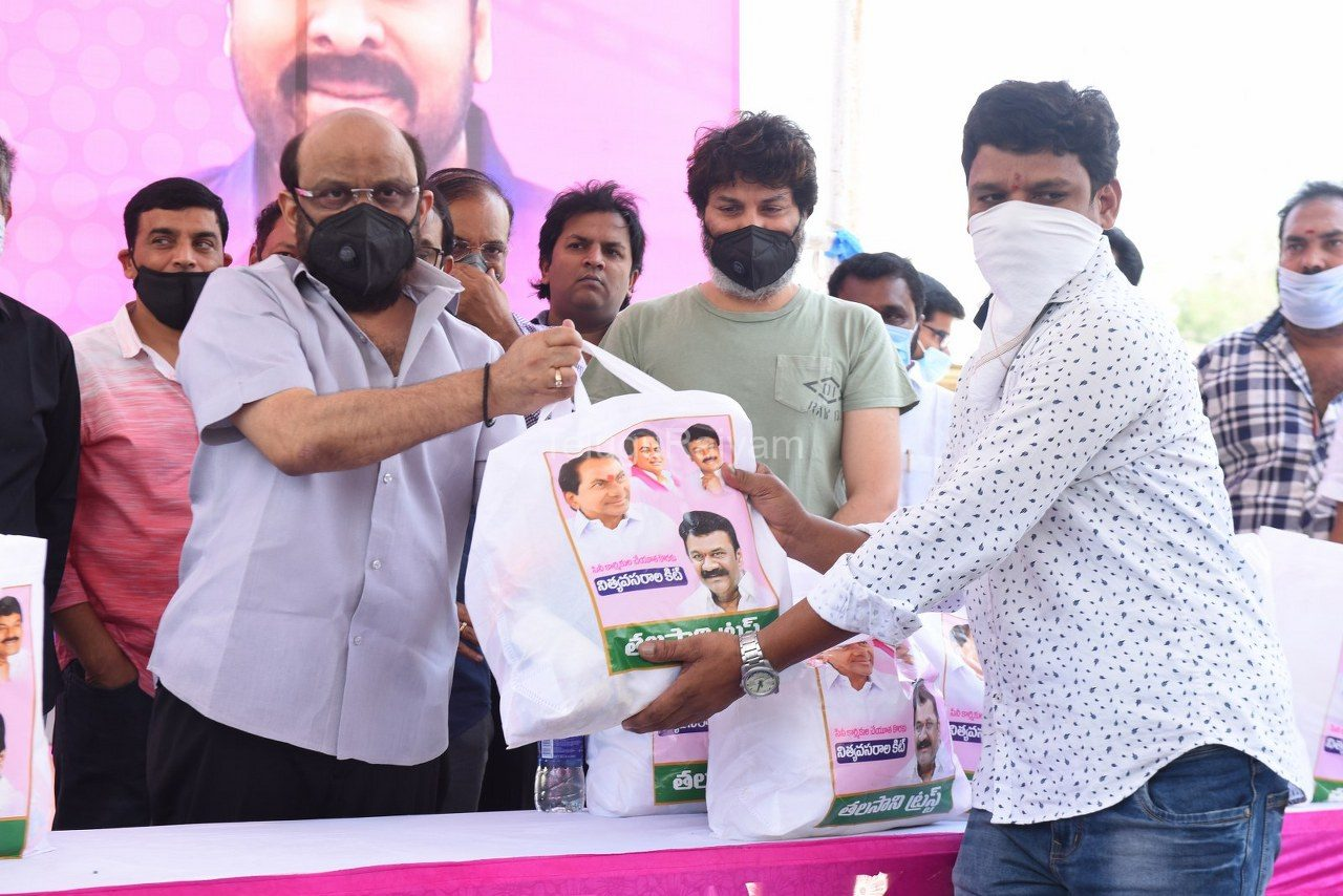 Tollywood-celebrities-distributes-Grocery-kits-16