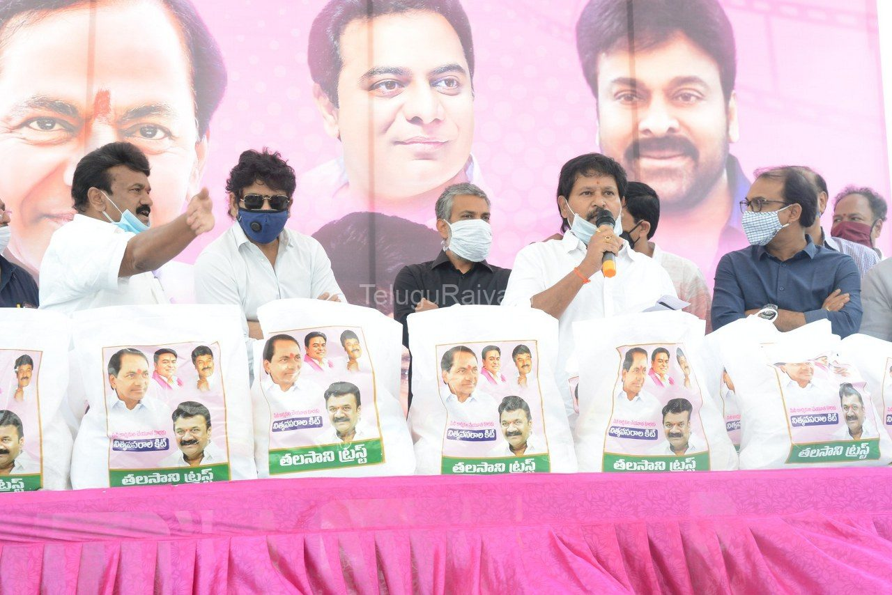 Tollywood-celebrities-distributes-Grocery-kits-2
