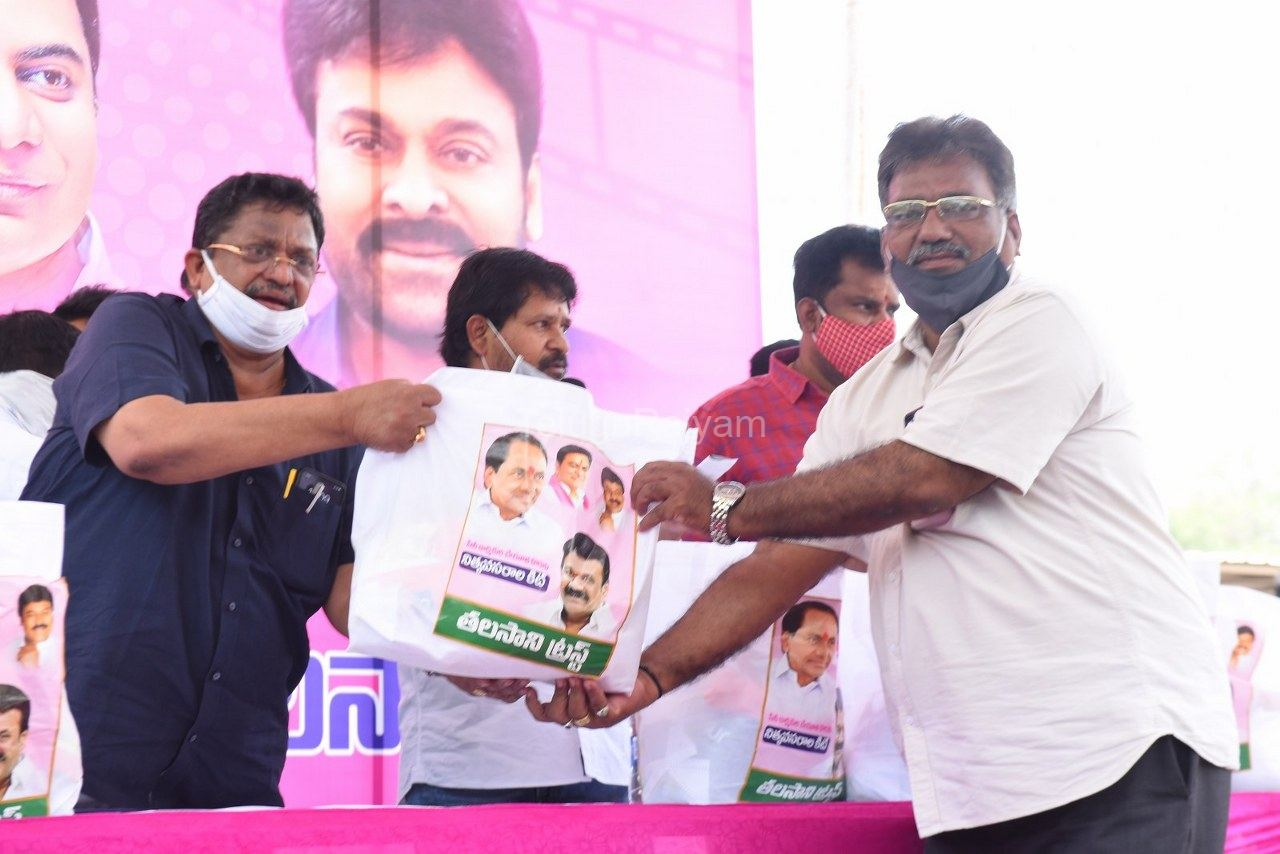 Tollywood-celebrities-distributes-Grocery-kits-20