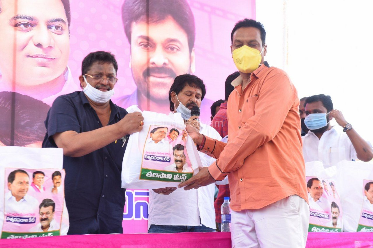 Tollywood-celebrities-distributes-Grocery-kits-21